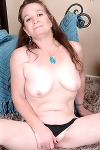 Horny grandma Anna spreads her older pussy.