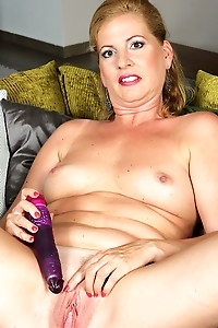 Mature amateur Laura Oswald dildos her wet pussy.