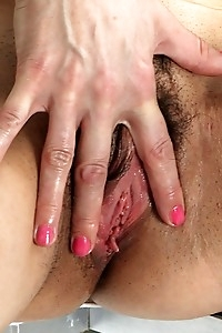 Mature babe Halle B fingers her hairy pussy.